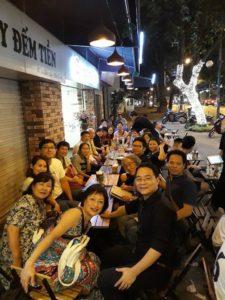 ベトナムチームとジャパンチームでカフェで打ち上げ