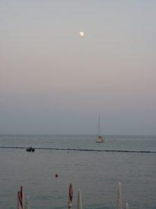 アマルフィ海岸に昇る月